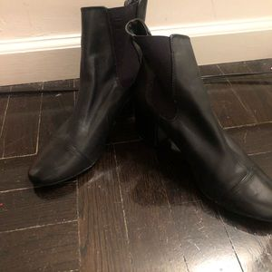 The Gap black leather heeled bootie 7.5